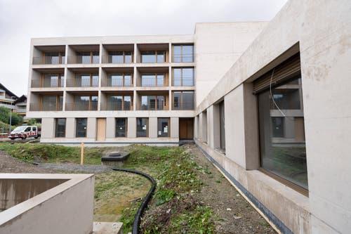 Das Alters- und Pflegezentrum Wisental besteht aus zwei Gebäuden, die durch einen Durchgang (rechts) verbunden sind. Hier sieht man das Pflegezentrum aus der Sicht vom Wohntrakt. Auf der Wiese entsteht ein Innenhof mit Sitzgelegenheiten.