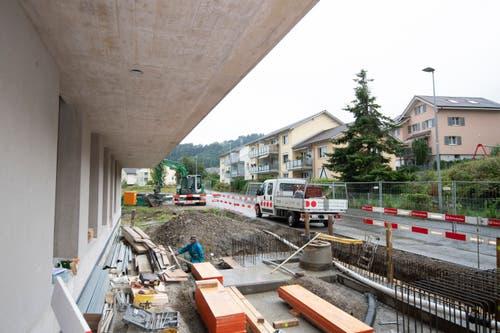 Der künftige Eingangsbereich des Pflegezentrums ist derzeit noch eine Baustelle. Vor dem Eingang ist ein Sitzplatz vorgesehen.