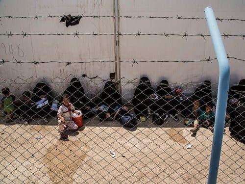 Die Uno prangert die Zustände, unter denen Frauen und Kinder im syrischen Lager Al-Hol eingepfercht sind, als unmenschlich an. (Bild: KEYSTONE/AP/BADERKHAN AHMAD)