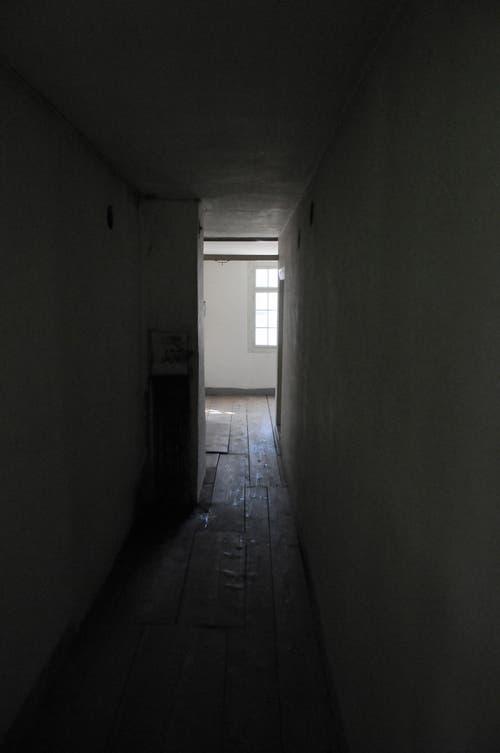 Der schmucklose Korridor mit Kamin über dem Restaurant. (Bild: Michael Hug)