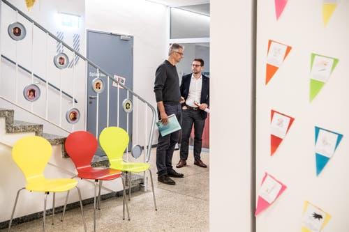 Andi Schnider von der Bildungskommission und Rektor Rolf Fanton beim Rundgang durch das umgebaute Schulhaus Konstanz in Rothenburg. (Bild: Nadia Schärli, 6. September 2019)