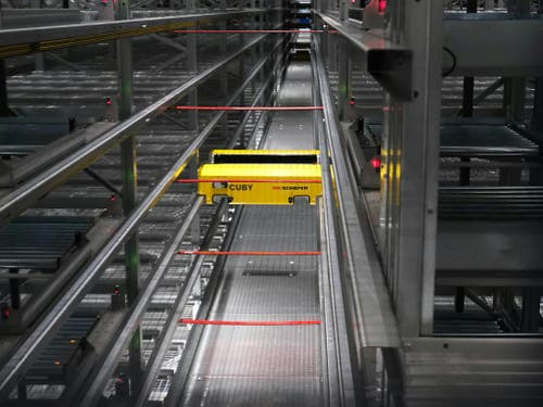 Der Roboter «Coby» rauscht mit maximal 9 km/h durch das vollautomatisierte Kleinteile-Lager von Fust. (Bild: Bild von Fust zur Verfügung gestellt)
