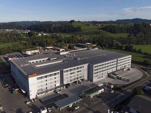 Blick auf das neue Logistikzentrum der Dipl. Ing. Fust AG in Oberbüren aufgenommen anlässlich der Eröffnung am Donnerstag. (Bild: KEYSTONE/GIAN EHRENZELLER)