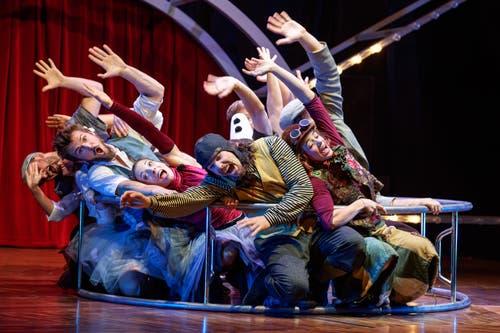 Das Ensemble des Circus Monti imitiert im Rhönrad eine Fahrt auf der Achterbahn. (Bild: PD Circus Monti)