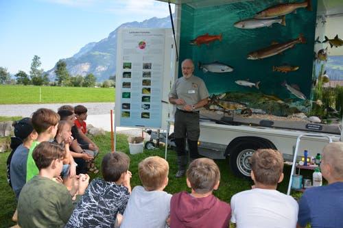 Beat Ludwig vom Fischereiverband spricht über einheimische Fische. (Bild: Christian Tschümperlin, 12. September 2019)