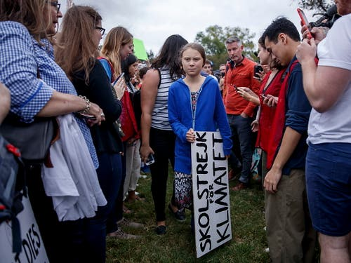 Auch in Washington hat Klimaaktivistin Greta Thunberg ihr eigenes Protestschild dabei. (Bild: KEYSTONE/EPA/SHAWN THEW)