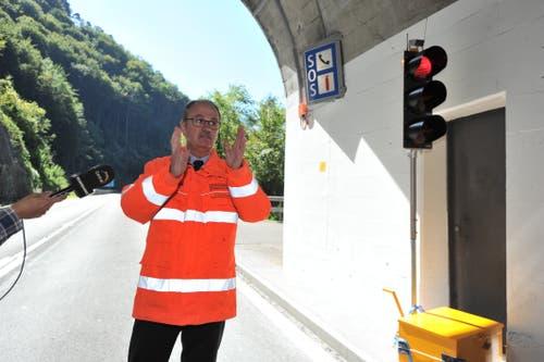 Richard Kocherhans vom Bundesamt für Strassen (Astra) erläutert die Funktion der Übeerwachung- und Warnanlage. (Bild: Urs Hanhart, Sisikon, 13. September 2019)