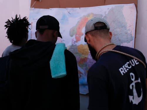 Blick auf die Europakarte. Die 82 Bootsflüchtlinge an Bord des Rettungsschiffs «Ocean Viking» dürfen in Lampedusa an Land gehen. (Bild: KEYSTONE/AP/RENATA BRITO)