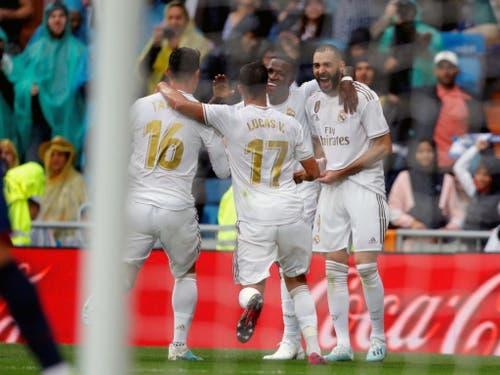 Karim Benzema (rechts) lässt sich für sein Tor zum 2:0 feiern (Bild: KEYSTONE/EPA EFE/EMILIO NARANJO)