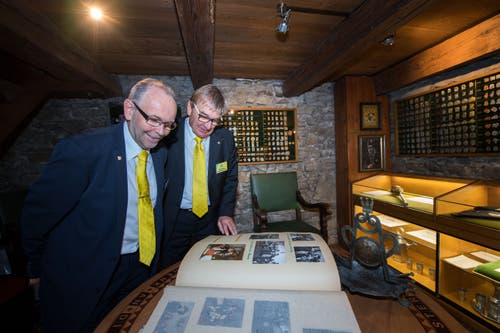 Peter Bucher und Heinz Sper blättern durch das geschichtsträchtige Fotoalbum der Weyzunft. (Bild: Eveline Beerkircher, Luzern, 14. September 2019)