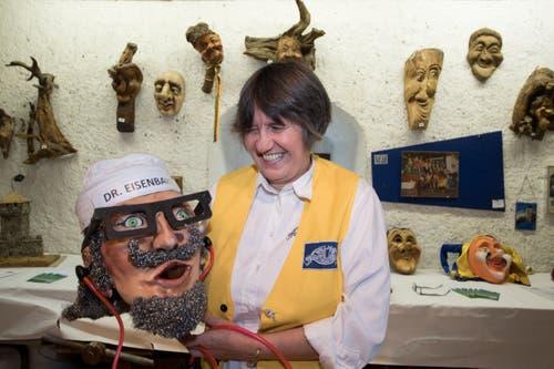Cornelia Crespi zeigt eine Maske. Die Haarpracht besteh hier aus Stahlwolle. (Bild: Eveline Beerkircher, Luzern, 14. September 2019)