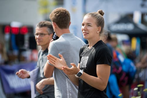 Géraldine Ruckstuhl feuert die Läuferinnen und Läufer vom Strassenrand aus an. (Bild: Eveline Beerkircher, Littau, 14. September 2019)