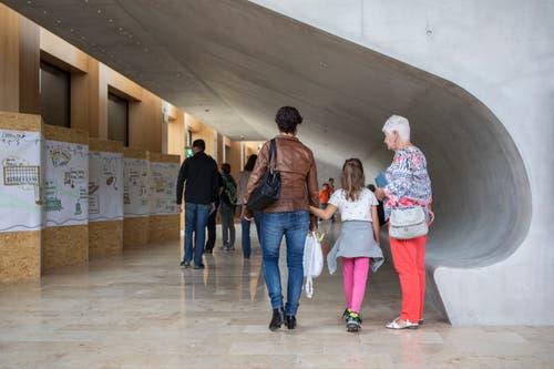 Die Besucherinnen und Besucher wandeln in den Gängen des neuen HSLU-Gebäudes. (Bild: Patrick Hürlimann, Rotkreuz, 14. September 2019)