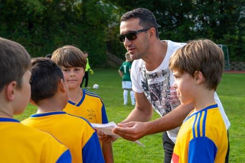 Grosshöchsttetten-Trainer Pal Jahaj gibt seinen Spielern Anweisungen. (Bild: Claudio de Capitani)