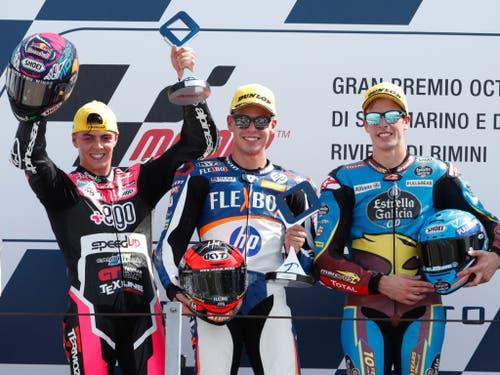 Sieger Augusto Fernandez umrahmt vom Italiener Fabio Di Giannantonio (links) und seinem spanischen Landsmann Alex Marquez (Bild: KEYSTONE/AP/ANTONIO CALANNI)