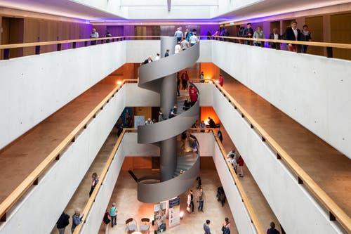 Weiter wurde das neue Gebäude der HSLU besichtigt. Hier im Bild ist die architektonisch prägnante Wendeltreppe. (Bild: Patrick Hürlimann, Rotkreuz, 14. September 2019)