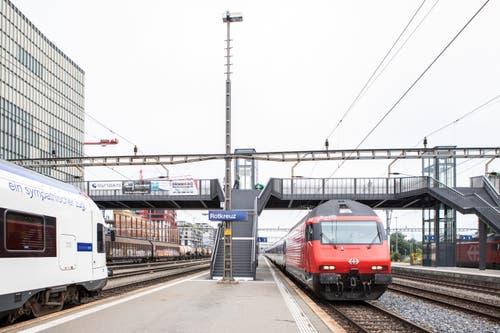 Die Überführung ermöglicht den Pendlerinnen und Pendler, direkt von den Gleisen in das Suurstoffi-Areal zu gehen. (Bild: Patrick Hürlimann, Rotkreuz, 14. September 2019)