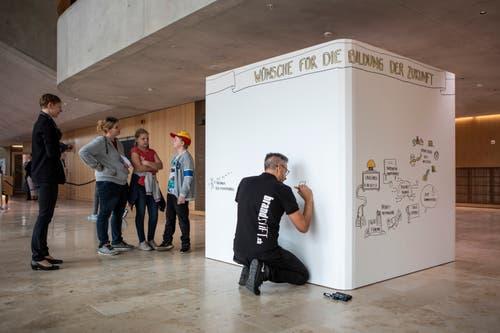 Auf dem Wunschwürfel konnten Gedanken für die Zukunft der Bildung aufgeschrieben werden. (Bild: Patrick Hürlimann, Rotkreuz, 14. September 2019)