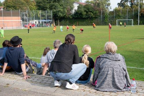 Die Eltern beobachten die Spielform mit 7 gegen 7. (Bild: Claudio de Capitani)
