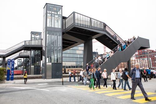 Die ersten Leute gehen über die Überführung. (Bild: Patrick Hürlimann, Rotkreuz, 14. September 2019)