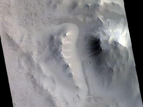 Dieses Bild zeigt markante helle und dunkle Streifen an Hängen in der Region Locras Vallis auf dem Mars. Forschende vermuten dahinter trockene Lawinenprozesse, die tatsächliche Ursache ist aber noch unklar. (Bild: ESA/Roscosmos/CaSSIS, CC BY-SA 3.0 IGO)
