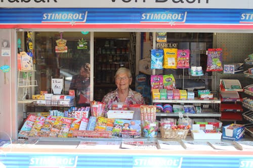 Johanna Von Dach führte 42 Jahre lang den Kiosk an der Uzwiler Bahnhofstrasse. Im November ist nun Schluss. (Bilder: FM1Today