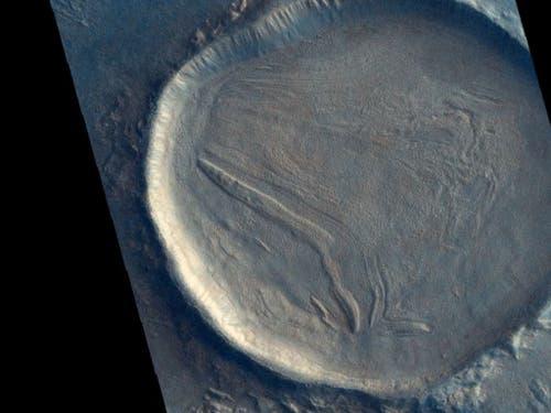 Dieser unbenannte Krater auf dem Mars ist mit Material gefüllt, das «faltig» aussieht. Dies deutet darauf hin, dass das Material einmal hierhin geflossen ist und wahrscheinlich eine Mischung aus Gestein, Eis oder Frost und anderen Bodenablagerungen beinhaltet. (Bild: ESA/Roscosmos/CaSSIS, CC BY-SA 3.0 IGO)