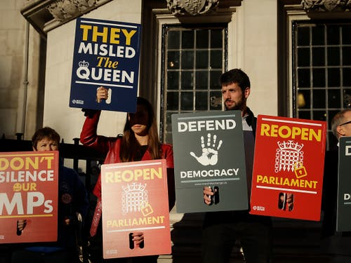 Brexit-Gegner demonstrieren am Dienstag vor dem obersten Gericht in London: Das Gericht muss darüber entscheiden, ob Premierminister Boris Johnson mit der verordneten Zwangspause des Parlaments gegen Recht verstossen hat. (Bild: KEYSTONE/AP/MATT DUNHAM)