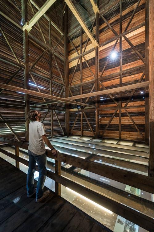 Rundgang im Tröckneturm. Das Gebäude diente ab 1828 dem Trocknen gefärbter Stoffbahnen. Bei schlechtem Wetter wurden sie innen aufgehängt, bei gutem an der Aussenseite. (Bilder: Hanspeter Schiess - 28. September 2016)
