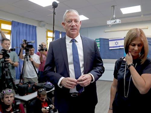 Benny Gantz mit seiner Frau nach der Stimmabgabe für die Parlamentswahlen in Israel. Er liefert sich mit der der Partei von Premier Netanyahu ein Kopf-an-Kopf-Rennen. (Bild: KEYSTONE/EPA/ATEF SAFADI)