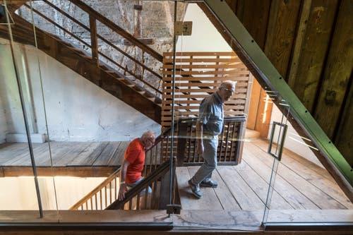 Hier trugen einst Arbeiter die die frisch gefärbten, nassen und gefalteten Stoffbahnen auf dem Buckel die Treppen hinauf.