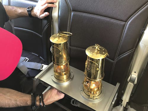 Der Transport der Olympischen Flamme von Athen nach Zürich in einem Swiss-Flugzeug (Bild: KEYSTONE/JULIEN PRALONG)