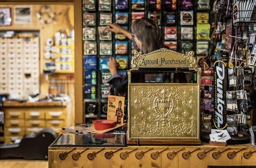 Im und ums Haus Guitar-Repairs dreht sich alles um Gitarren. Rund 300 Gitarren verschiedener Hersteller finden sich in den Geschäftsräumen.