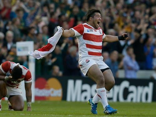 Es war die Sensation der Rugby-WM vor vier Jahren: Japans Kensuke Hatakeyama feiert ausgelassen den Sieg gegen das vermeintlich übermächtige Südafrika (Bild: KEYSTONE/AP/TIM IRELAND)