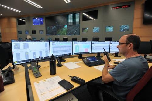 Marino Walker beobachtet das Geschehen von der Schaltzentrale in Göschenen aus. (Bild: Urs Hanhart, Göschenen, 16. September 2019)