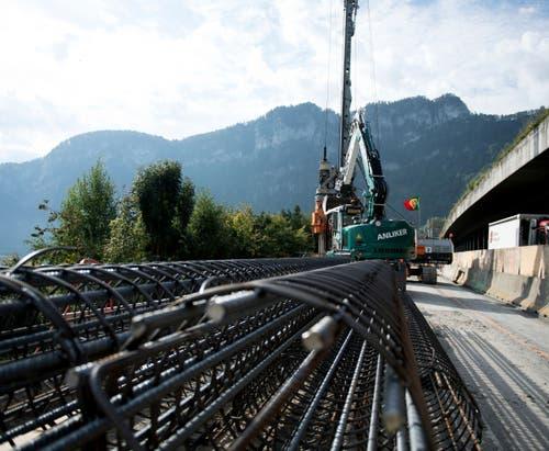 Die Armierungseisen für die Betonpfähle liegen bereit. (Bild: Corinne Glanzmann, Hergiswil, 17. September 2019)