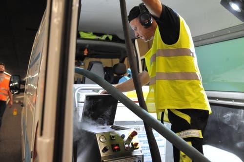 Ein Mitarbeiter einer privaten Reinigungsfirma füllt Trockeneis in ein Reinigungsgerät. (Bild: Urs Hanhart, 16. September 2019)