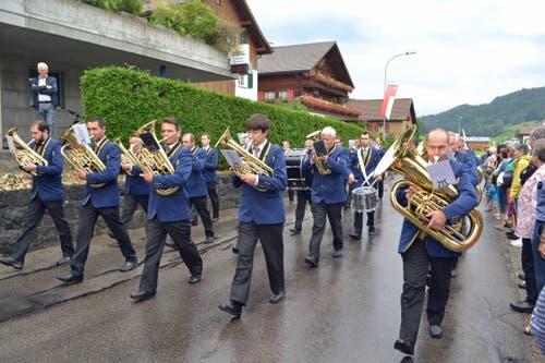 Die Musig Gähwil nahm unter der Leitung von Sepp Zürcher an der Parade teil. (Bild: Peter Jenni)