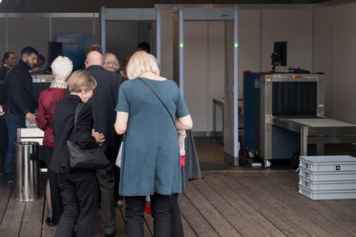 Die Konzertbesucher passieren beim Eingang Sicherheitsschleusen. (Bild: Boris Bürgisser, 2. September 2019)