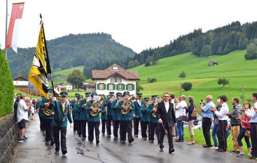 Bei der Marschmusikparade zeigte sich die MG Mühlrüti, Leitung Michael Jud, zum letzten Mal in der alten Uniform. (Bild: Peter Jenni)