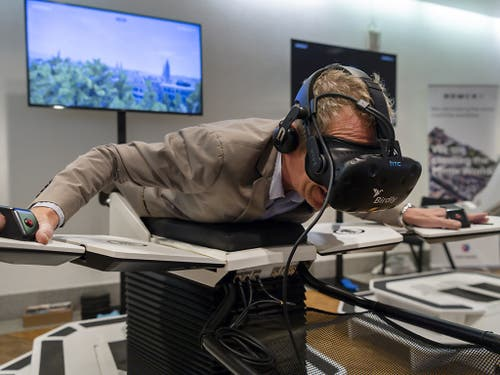 Flug über Zürich: Ein Besucher auf dem Flugsimulator von Birdly an der nationalen Konferenz Digitale Schweiz 2019 im Congress Center in Basel. (Bild: KEYSTONE/GEORGIOS KEFALAS)