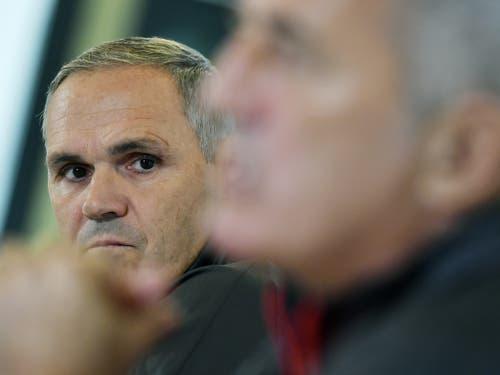 Der Schweizer Nati-Manager Pierluigi Tami lauscht Petkovics Ausführungen. (Bild: KEYSTONE/WALTER BIERI)