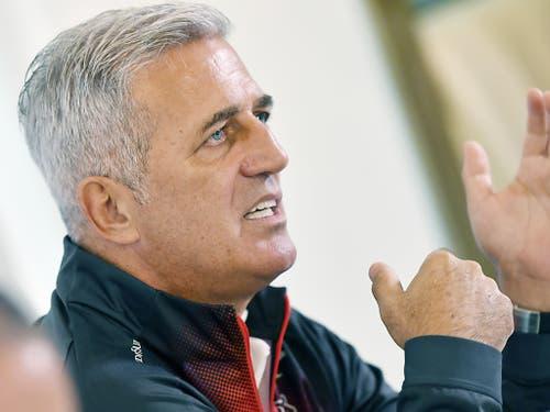Der Schweizer Nationaltrainer Vladimir Petkovic argumentiert. (Bild: KEYSTONE/WALTER BIERI)