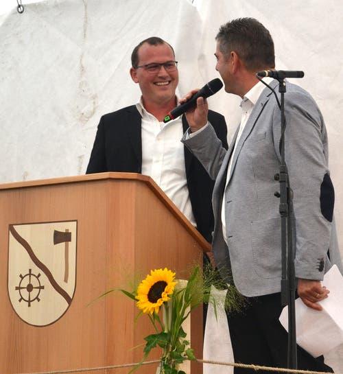 Speaker Peter Breitenmoser (rechts) interviewt Gemeindepräsident Renato Truniger. (Bild: Peter Jenni)