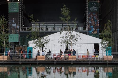 Das Zelt mit den Sicherheitsschleusen vor dem KKL-Eingang. (Bild: Boris Bürgisser, Luzern, 2. September 2019)
