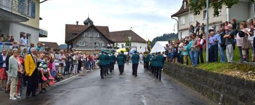 Begeisterte Zaungäste an der Marschmusikparade. (Bild: Peter Jenni)