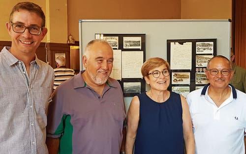 Ronny Graf (Leiter der Gestaltungskommission des Ortsmuseums) mit Ernst Schönauer (Präsident Ortsgemeinde Rebstein) sowie Gaby und Beat Knobel-Keel (von links).Bild: pd