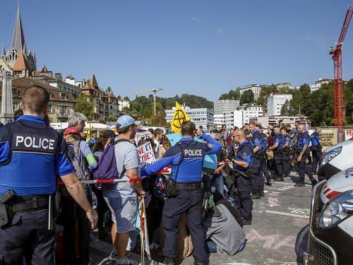 In Lausanne blockierten etwa 200 Aktivisten der Bewegung Extinction Rebellion am Freitagmittag die Bessières-Brücke in der Nähe der Kathedrale. (Bild: KEYSTONE/SALVATORE DI NOLFI)