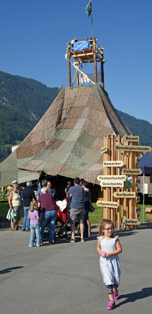Im Mittelpunkt des Festareals steht der 16 Meter hohe Turm. (Bild: Robert Hess, Alpnach, 21. September 2019)