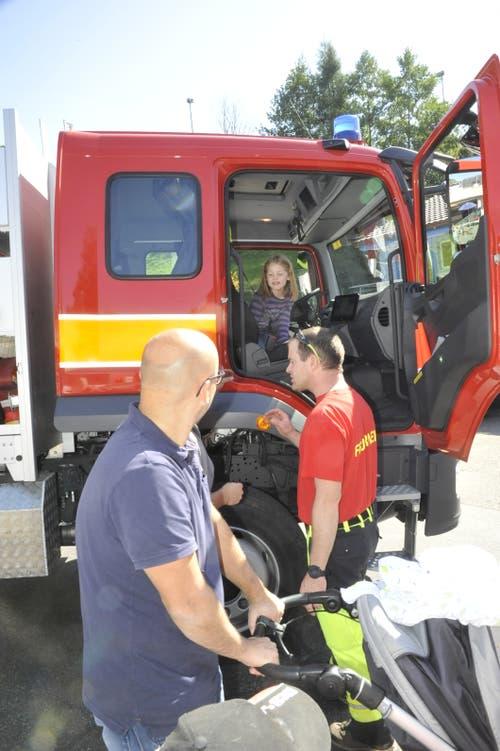 Das Interesse an der Arbeit der Feuerwehr war gross. (Bild: Urs Nobel)